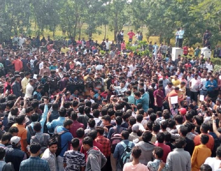 સામાન્ય વહીવટ વિભાગ દ્વારા નોકરીઓમાં અનામત જગ્યાઓ માટે કરવામાં આવેલા પરિપત્ર રદ્દ કરવામાંગ
